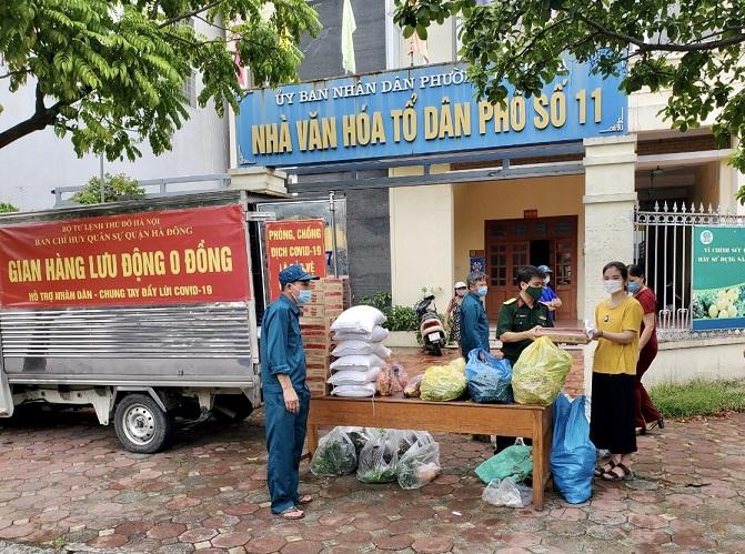 Ban CHQS quận Hà Đông tổ chức gian hàng lưu động 0 đồng hỗ trợ người dân bị ảnh hưởng bởi dịch Covid-19